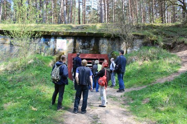 Besuchergruppe vor einem Eingang zum Hohlgangsystem